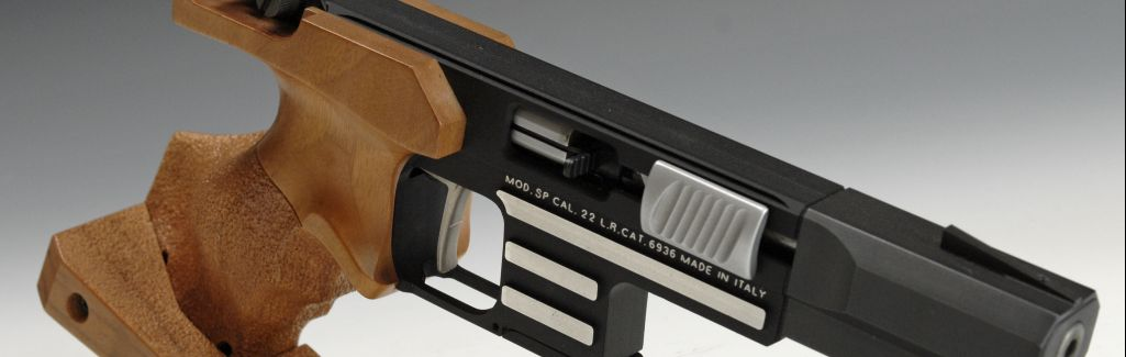 Foto: wedstrijdwapen voor KKP, Sportpistool en Meesterkaart.